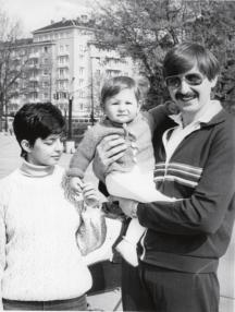 Младото семейство Пръмови със сина си Александър, днес доктор по икономика