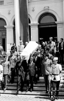 Членовете на Политбюро Гриша Филипов, Александър Лилов, Станко Тодоров, Огнян Дойнов и Петър Младенов изнасят ковчега с покойницата