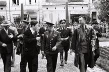 Генерал Гръбчев (на втория редица, с каскета) като охрана на първия космонавт Юрий Гагарин по време на посещението му у нас