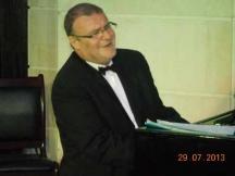 Проф. Йовчо Крушев на обичайното си място - зад пианото