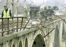 След като разбива парапета при реката при град Бяла автобусът свободно пада от моста.