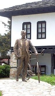 Монументът на социолога в родния му град Троян