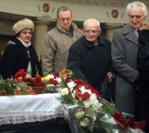Погребението на Павел Матев. на преден план се вижда Валери Петров.