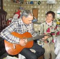 Влюбените често пеят