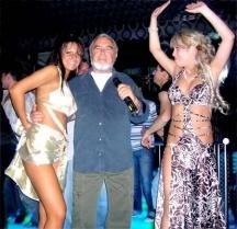 И днес Димитър Андонов е заобиколен от хубави жени