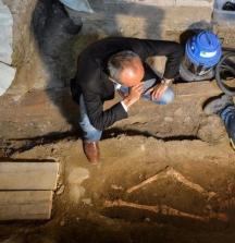 Силвано Винчети с предполагаемите останки на Мона Лиза