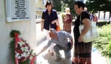 Цветя за героите поднасят ямболски граждани - последното име на паметната плоча е на Георги Георгиев-Оджо