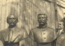 Тодоров в ателието си пред бюстовете на Георги Димитров и Сталин