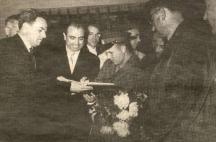 Петър Дойчев (в средата) взима автограф от първия космонавт Юрий Гагарин