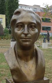Скулптурният портрет на Млеева от Величко Минеков. днес може да се види в Музея на социалистическото изкуство.