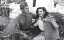 Пеньо като войник със своя приятелка