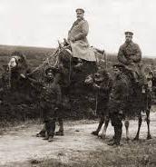 Куриозна снимка от Първата световна война - генерал Климент Бояджиев (в центъра) яхнал камила на фронта.