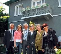 Семейството на Ванга пред нейната къща в Петрич. Момичето с розовото яке е Кристина