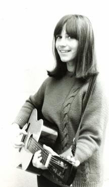 Певицата рядко се разделяше с китарата си