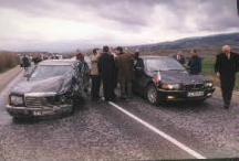 """Бронираната кола, в която се е возил президентът на Малта Гуидо де Марко (вляво), е почти смляна отпред. Вдясно е автобомилът, с който малтийският гост е отпътувал за София след катастрофата. Снимка вестник """"Сега""""."""