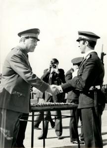 Генералът поздравява завършващите курсанти от военното училище в Долна Митрополия