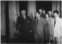 Трайчо Костов (в средата) крачи до Георги Димитров. Вдясно е Антон Югов.