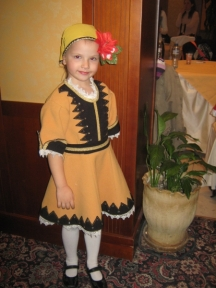Една от малките танцьорки във фолклорната група