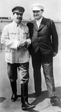 Сталин и Георги Димитров в двора на Кремъл