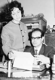 Дамян и Надя пред белия лист на пишещата машина. Фотоархив - Тодор Славчев.