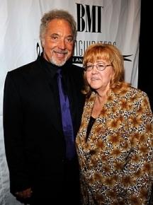 Певецът със съпругата си Линда