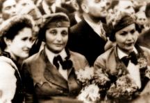 Двете приятелки - Дора Габе и Елисавета Багряна във военни униформи в Добрич, след връщането на Добруджа на България, 1940 г.