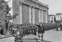 По време войната и офицери от Вермахта също са дефилирали край паметника