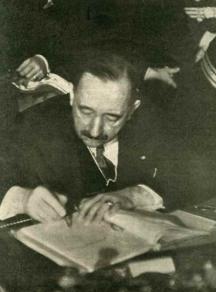 Богдан Филов полага подписа си към договора за присъединяването на България към пакта Рим-Берлин-Токио