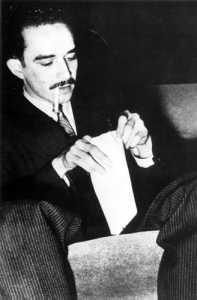 На младини писателят започва кариерата си като журналист.