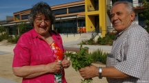 Палома Родригес и един от останалите обитатели на пенсионерската резиденция