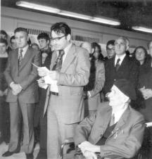 Юбилеят на Цанко Лавренов (седналия) през 70-те. Вляво от него са Светлин Русев и Александър Лилов
