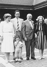 Д-р Арманд Хамър и вицепремиерът на НРБ Георги Йорданов със съпругите си Франсис и Мария. Мълвата вкара американският милиардер в консперация по загадъчната авиокатастрофа