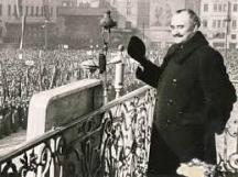 Георги Димитров произнася реч от балкона на царския дворец...