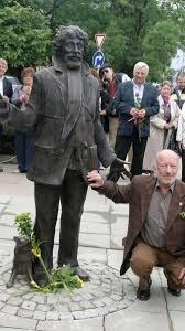 Паметникът на Радой Ралин с неговият създател - скулпторът проф. Георги Чапкънов