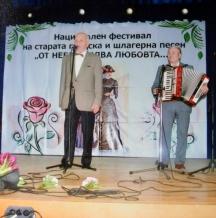 Бай Тодор (вляво) на сцената на един от многобройните фестивали, в които е участвал