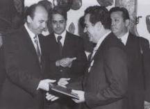 Министърът на вътрешните работи Димитър Стоянов (вляво) награждава генерал Петър Стоянов, началникът на Шесто управление на ДС ръководил го най-дълго