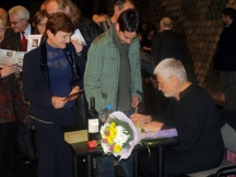 Опашка за автографи пред поета