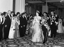 Кралица Елизабет и император Хайле I под ръка в Бъкингам
