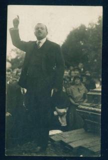 Александър Оббов говори на погребението на Даскалов в Прага