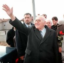 Бившият държавен глава Тодор Живков с охранителя си Бойко Борисов