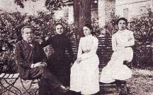 Петко и Екатерина Каравелови с дъщерите си Виола (вляво) и Лора