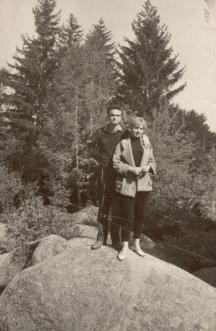 Професорът в младите си години с дама в планината
