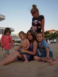 Г-жа Кожухарова с любимите си внуци на плажа