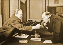 Уникална снимка – Леонид Брежнев пали цигарата на Тодор Живков