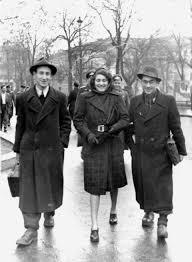 Поетът сатирик (вляво) с Блага Димитрова и Александър Муратов, София, ноември 1944 г.