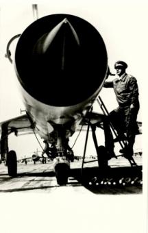 Генералът до един от изстребителите от бойната ни авиация през 70-те години