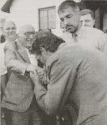 Народът целува ръка на Тато под зоркия поглед на Бойко Борисов