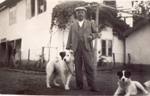 Петко Росен в двора на своя дом.