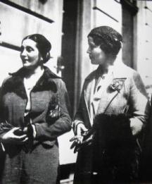 Двете първи дами на българската поезия - Дора Габе и Елисавета Багряна през 30-те години на миналия век.