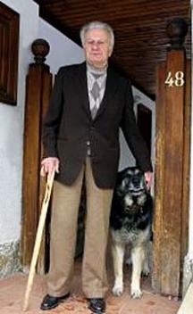 Григор Стоичков пред дома си. Снимка: в.